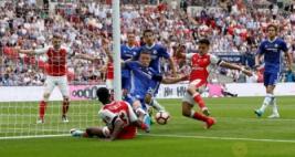 Gary Cahill membuang bola dari Danny Welbeck dan Alexis Sanchez pada Final FA Cup di Wembley Stadium, Minggu (28/5/2017) dini hari. Reuters / Andrew Yates