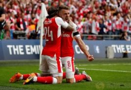 Selebrasi Aaron Ramsey usai mencetak gol ke-2 bersama Herctor Bellerin pada Final FA Cup di Wembley Stadium, Minggu (28/5/2017) dini hari.Reuters / John Sibley