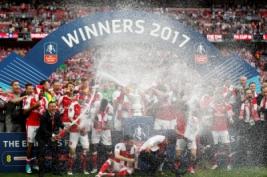 Selebrasi tim Arsenal saat meraih juara FA Cup 2017 usai mengalahkan Chelsea dengan skor 2-1 di Wembley Stadium, Minggu (28/5/2017) dini hari WIB. Reuters / John Sibley
