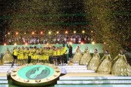 Tim Borussia Dortmund saat mengangkat trophy DFB Pokal usai meraih kemenangan atas Eintracht di Olympic Stadium, Berlin, Minggu dini hari (28/5/2017).Reuters / Michael Dalder