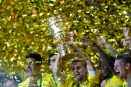 Tim Borussia Dortmund saat mengangkat trophy DFB Pokal usai meraih kemenangan atas Eintracht di Olympic Stadium, Berlin, Minggu dini hari (28/5/2017).Reuters / Fabrizio Bensch