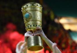 Tim Borussia Dortmund saat mengangkat trophy DFB Pokal usai meraih kemenangan atas Eintracht di Olympic Stadium, Berlin, Minggu dini hari (28/5/2017). Reuters / Kai Pfaffenbach