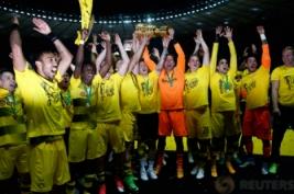 Tim Borussia Dortmund saat mengangkat trophy DFB Pokal usai meraih kemenangan atas Eintracht di Olympic Stadium, Berlin, Minggu dini hari (28/5/2017). Reuters / Fabrizio Bensch
