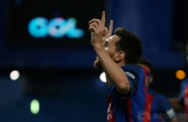 Pemain Barcelona Lionel Messi merayakan gol pertamannya  pada pertandingan Copa del Rey di Vicente Calderon, Madrid, Spanyol, Minggu dini hari (28/5/2017). Reuters / Sergio Perez