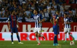 Pemain Theo Hernandez merayakan gol pertamanya bagi Deportivo Alaves dan menyamakan skor sementara pada pertandingan Copa del Rey di Vicente Calderon, Madrid, Spanyol, Minggu dini hari (28/5/2017). Reuters / Sergio Perez