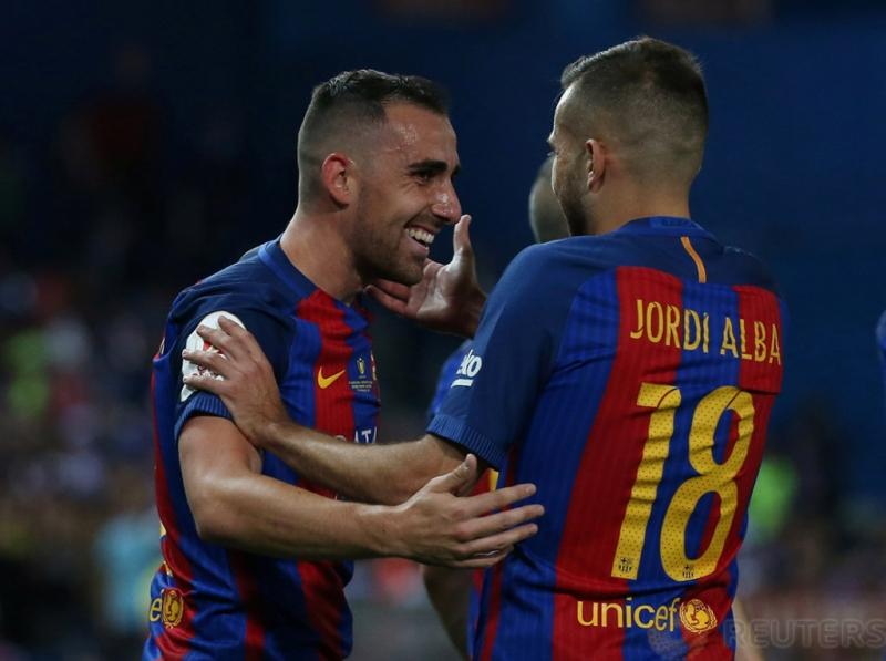 Paco Alcacer merayakan gol ketiga bagi Barcelona bersama Jordi Alba pada pertandingan Copa del Rey di Vicente Calderon, Madrid, Spanyol, Minggu dini hari (28/5/2017). Reuters / Sergio Perez