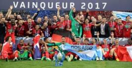 Kapten Paris Saint Germain Julian Draxler merayakan kemenangan dengan tim usai meraih piala Coupe de France setelah mengalahkan Angers di Stade de France, Sabtu (27/5/2017) atau Minggu dinihari WIB. Reuters / Pascal Rossignol