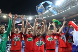 Maxwell mengangkat trofi kemenangan bersama tim usai meraih piala Coupe de France setelah mengalahkan Angers di Stade de France, Sabtu (27/5/2017) atau Minggu dinihari WIB. Reuters / Pascal Rossignol  . Reuters / Pascal Rossignol