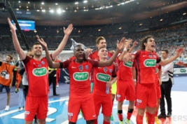 Edison Cavani, Blaise Matuidi dan Thiago Motta merayakan kemenangan usai meraih piala Coupe de France setelah mengalahkan Angers di Stade de France, Sabtu (27/5/2017) atau Minggu dinihari WIB. Reuters / Pascal Rossignol  . Reuters / Pascal Rossignol