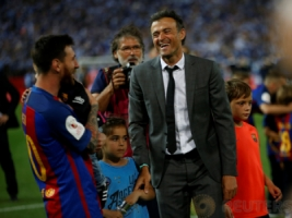 Pelatih Barcelona Luis Enrique merayakan kemenangan dengan tim saat meraih juara Piala Raja atau Copa del Rey pada pertandingan Copa del Rey di Vicente Calderon, Madrid, Spanyol, Minggu dini hari (28/5/2017). Reuters / Susana Vera
