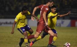 Pesepak bola Persegres Gresik United Moh Said (kiri) dan Arsyad Yusgiantoro (kanan) berusaha merebut bola dari pesepak bola PSM Makassar Willem Jan Pluim (tengah) dalam pertandingan Liga 1 di Stadion Petrokimia Gresik, Jawa Timur, Minggu (28/5/2017) malam. Persegres Gresik United ditahan imbang PSM Makassar dengan skor 1-1.