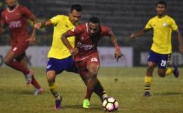 Pesepak bola Persegres Gresik United I Gusti Rustiawan (kiri) berusaha merebut bola dari pesepak bola PSM Makassar Titus Bonai (kanan) dalam pertandingan Liga 1 di Stadion Petrokimia Gresik, Jawa Timur, Minggu (28/5/2017) malam. Persegres Gresik United ditahan imbang PSM Makassar dengan skor 1-1.