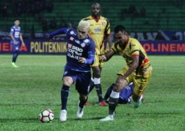 Pesepak bola Arema FC Cristian Gonzales (kiri) berusaha melewati hadangan pesepak bola Mitra Kukar Seftia Hadi (kanan) dalam pertandingan Liga I GOJEK-Traveloka di Stadion Gajayana, Malang, Jawa Timur, Minggu (28/5/2017). Arema berhasil membekuk Mitra Kukar dengan skor 2-0.