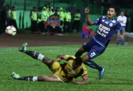 Pesepak bola Arema FC Adrianto (kanan) berebut bola dengan pesepak bola Mitra Kukar Saiful Ramadhan (bawah) dalam pertandingan Liga I GOJEK-Traveloka di Stadion Gajayana, Malang, Jawa Timur, Minggu (28/5/2017).