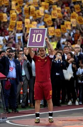 Francesco Totti mengangkat plakat bernomor 10 yang identik dengan nomor kostumnya selama membela AS Roma pada seremoni perpisahan seusai laga antara Roma dan Genoa di Olimpico, Minggu (28/5/2017).Reuters / Stefano Rellandini