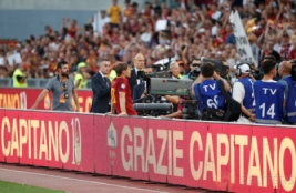 Francesco Totti saat menyapa supporter pada aga terakhirnya untuk As Roma di Stadion Olimpico Roma. Minggu (28/5/2017). Francesco Totti Menyudahi karirnya bersama As Roma selama 25 Musim.Reuters / Stefano Rellandini