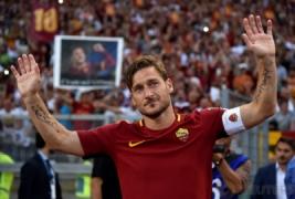 Francesco Totti saat menyapa supporter pada aga terakhirnya untuk As Roma di Stadion Olimpico Roma. Minggu (28/5/2017). Francesco Totti Menyudahi karirnya bersama As Roma selama 25 Musim. REUTERS/Alberto Lingria