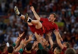 Francesco Totti bersama tim saat merayakan laga terakhirnya untuk As Roma di Stadion Olimpico Roma Minggu (28/5/2017). Francesco Totti Menyudahi karirnya bersama As Roma selama 25 Musim.Reuters / Stefano Rellandini