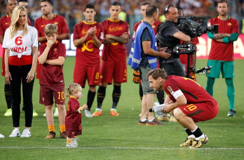 Francesco Totti Roma bersama istrinya Ilary Blasi, anak perempuan Isabel dan anak Cristian setelah pertandingan terakhirnya saat rekan setimnya melihat Reuters / Stefano Rellandini