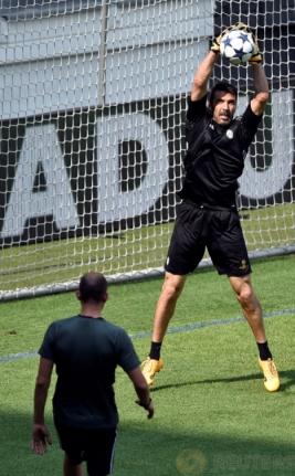 Kiper Juventus Gianlugi Buffon saat menjalani sesi latihan di Juventus Stadium, Selasa (30/5/2017). Juventus Jalani sesi latihan untuk persiapan jelang Final Liga Champions minggu ini. REUTERS/Giorgio Perottino