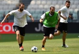 Gonzalo Higuain, Giorgio Chiellini dan Anrea Barzagli saat hadir sesi latihan di Juventus Stadium, Selasa (30/5/2017). Juventus Jalani sesi latihan untuk persiapan jelang Final Liga Champions minggu ini. REUTERS/Giorgio Perottino