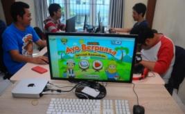 <p>  Pekerja kreatif menunjukan game edukasi Islami yang telah selesai dibuat di Salatiga, Jawa Tengah, Selasa (30/5/2017).</p>