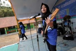 """Keren! """"Voice of Baceprot"""" Band Metal Hijab Asal Garut"""