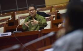 <p>  Menkominfo Rudiantara (tengah) menyampaikan paparan ketika mengikuti rapat kerja dengan Komisi I DPR di Kompleks Parlemen, Senayan, Jakarta, Rabu (31/5/2017).</p>