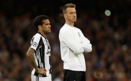 Pemain Juventus Dani Alves terdiam  setelah gagal menjadi juara Liga Champions di The National Stadium of Wales, Cardiff, Sabtu (3/6/2017) waktu setempat. Juventus kalah telak dengan skor 1-4.