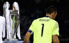 Penjaga gawang Juventus Buffon melewati piala Liga Champions di The National Stadium of Wales, Cardiff, Sabtu (3/6/2017) waktu setempat. Juventus kalah telak dengan skor 1-4.