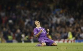Cristiano Ronaldo saat selebrasi  kemenangan usai pertandingan final liga Champions di Stadium of Wales, Minggu (4/6/2017). CR7 Sukses mencetak 12 gol di ajang liga Champions 2017 sehingga ia mencatatkan dirinya sebagai top scorer liga champions lima musim beruntun. Reuters / Carl Recine