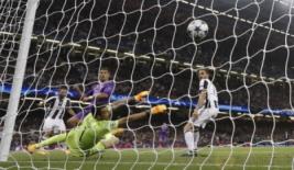 Christiano Ronaldo saat mencetak gol ketiga bagi Real Madrid pada pertandingan final liga Champions di Stadium of Wales, Minggu (4/6/2017). Menang 4-1 Real Madrid sukses menjuarai liga Champions 2017. REUTERS/Darren Staples