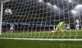 Pemain Real Madrid Christiano Ronaldo saat mencetak gol pertama pada pertandingan final liga Champions di Stadium of Wales, Minggu (4/6/2017). Menang 4-1 Real Madrid sukses menjuarai liga Champions 2017.REUTERS/Eddie Keogh