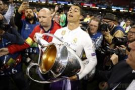 Cristiano Ronaldo saat selebrasi mengangkat trophy kemenangan usai pertandingan final liga Champions di Stadium of Wales, Minggu (4/6/2017). CR7 Sukses mencetak 12 gol di ajang liga Champions 2017 sehingga ia mencatatkan dirinya sebagai top scorer liga champions lima musim beruntun. Reuters / Carl Recine