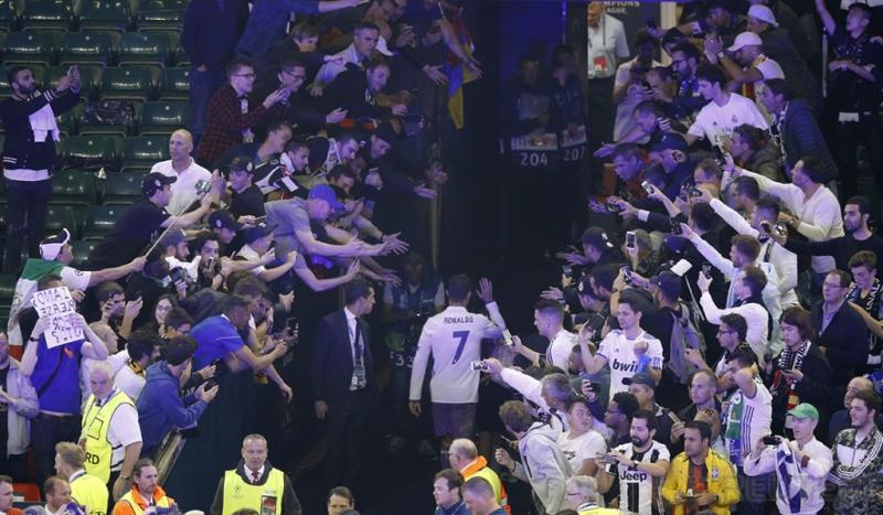 Cristiano Ronaldo saat menyapa fans usai pertandingan final liga Champions di Stadium of Wales, Minggu (4/6/2017). CR7 Sukses mencetak 12 gol di ajang liga Champions 2016-2017 sehingga ia mencatatkan dirinya sebagai top scorer liga champions lima musim beruntun. Reuters / Phil Noble
