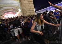 Penggemar Juventus saat dibantu berjalan usai terdengar Ledakan di San Carlo Square, Turin, Minggu (4/6/2017). Ledakan yang dipicu oleh petasan, ribuan fans Juventus berhamburan pergi sehingga sekitar 200 orang cedera dan dua diantaranya mengalami luka serius. REUTERS/Giorgio Perottino