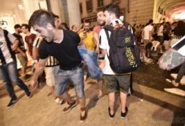 Fans Juventus saat menerima pertolongan pertama usai Ledakan di San Carlo Square, Turin, Minggu (4/6/2017). Ledakan yang dipicu oleh petasan, ribuan fans Juventus berhamburan pergi sehingga sekitar 200 orang cedera dan dua diantaranya mengalami luka serius. REUTERS/Giorgio Perottino