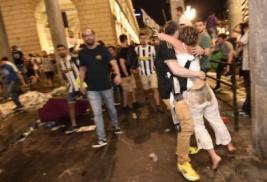 Penggemar Juventus berlari panik meninggalkan San Carlo Square usai terdengar Ledakan di San Carlo Square, Turin, Minggu (4/6/2017). Ledakan yang dipicu oleh petasan, ribuan fans Juventus berhamburan pergi sehingga sekitar 200 orang cedera dan dua diantaranya mengalami luka serius. REUTERS/Giorgio Perottino