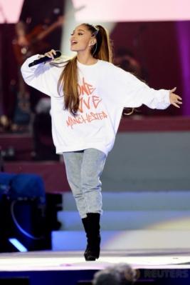 Aksi Panggung Ariana Grande pada Konser Amal One Love Manchester