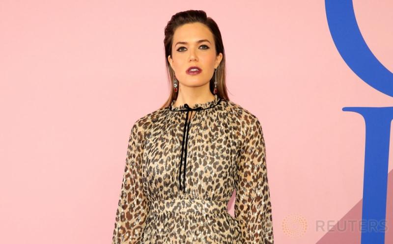 Mandy Moore Tampil Memukau dengan Gaun Motif Leopard