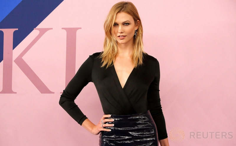 Busana Hitam Jadi Pilihan Karlie Kloss di CFDA Fashion Awards 2017