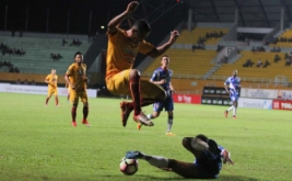 Pesepak bola Sriwijaya FC Alberto Goncalves (atas) berebut bola dengan pesepak bola Mitra Kukar Saiful Ramadhan (bawah) dalam pertandingan Gojek Traveloka Liga 1 di Stadion Gelora Sriwijaya Jakabaring (GSJ), Jakabaring Sport City (JSC), Palembang, Sumatera Selatan, Rabu (7/6/2017) malam. Sriwijaya FC menang dengan skor 3-1.