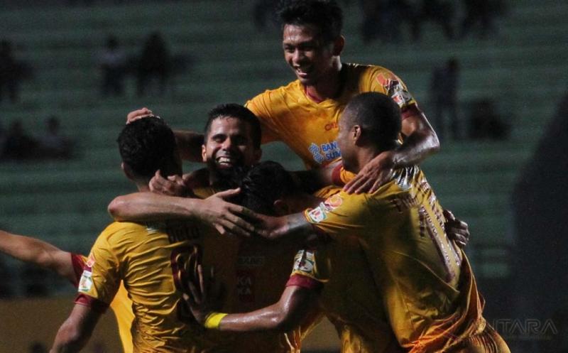 Pesepak bola Sriwijaya FC Belaid Tijani (tengah) melakukan selebrasi bersama rekan satu timnya seusai mencetak gol ke gawang Mitra Kukar dalam pertandingan Gojek Traveloka Liga 1 di Stadion Gelora Sriwijaya Jakabaring (GSJ), Jakabaring Sport City (JSC), Palembang, Sumatera Selatan, Rabu (7/6/2017) malam.Sriwijaya FC menang dengan skor 3-1.