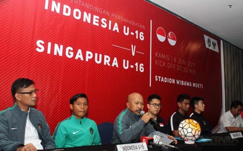 Pelatih Timnas Indonesia U-16, Fachri Husaini (ketiga kiri) bersama Kapten Timnas Indonesia U-16 Kartika Vedayanto Putra (kedua kiri) dan Pelatih Singapura U-16 Sofyan Hamid (ketiga kanan) memberikan keterangan pers di Cikarang, Kabupaten Bekasi, Jawa Barat, Rabu (7/6/2017). Laga uji coba Timnas Indonesia U-16 vs Singapura U-16 akan dilaksanakan di Stadion Wibawa Mukti, Cikarang, pada Kamis (8/6) malam.