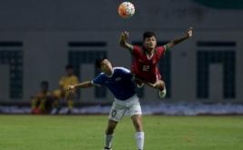 Pesepak bola Timnas Indonesia U-16 Miftakhul Septa (kanan) berebut bola dengan pesepak bola Timnas Singapura U-16 Marc Ryan Tan Wei Ming (kiri) dalam pertandingam persahabatan di Stadion Wibawa Mukti, Kabupaten Bekasi, Jawa Barat, Kamis (8/6/2017) malam. Indonesia berhasil mengalahkan Singapura dengan skor 4-0.