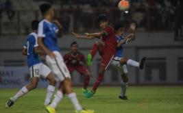 Pesepak bola Timnas Indonesia U-16 Brylian Negiehta Dwiki Aldama (kedua kanan) berebut bola di udara dengan pesepak bola Timnas Singapura U-16 Nicky Melvin Singh (kanan) dalam pertandingam persahabatan di Stadion Wibawa Mukti, Kabupaten Bekasi, Jawa Barat, Kamis (8/6/2017). Timnas U-16 menang telak dengan skor 4-0.