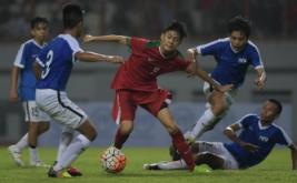 Pesepak bola Timnas Indonesia U-16 Rendi Juliansyah (tengah) menggiring bola dihadang sejumlah pesepak bola Timnas Singapura U-16 dalam pertandingam persahabatan di Stadion Wibawa Mukti, Kabupaten Bekasi, Jawa Barat, Kamis (8/6/2017). Timnas U-16 menang telak dengan skor 4-0.