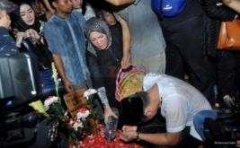 JULIA PEREZ MENINGGAL : Kerabat Antar Jenazah Julia Perez Ke Pemakaman