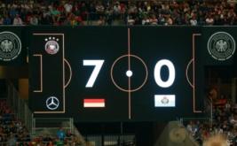 Papan skor menunjukkan timnas Jerman unggul 7-0 atas San Marino pada kualifikasi Piala Dunia 2018 di Stadion Nurnberg, Minggu (11/6/2017) dini hari WIB. (Reuters/Michaela Rehle)