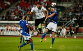 Sandro Wagner (tengah) mencetak gol ke gawang San Marino lewat sundulan pada kualifikasi Piala Dunia 2018 di Stadion Nurnberg, Minggu (11/6/2017) dini hari WIB. (Reuters/Michaela Rehle)